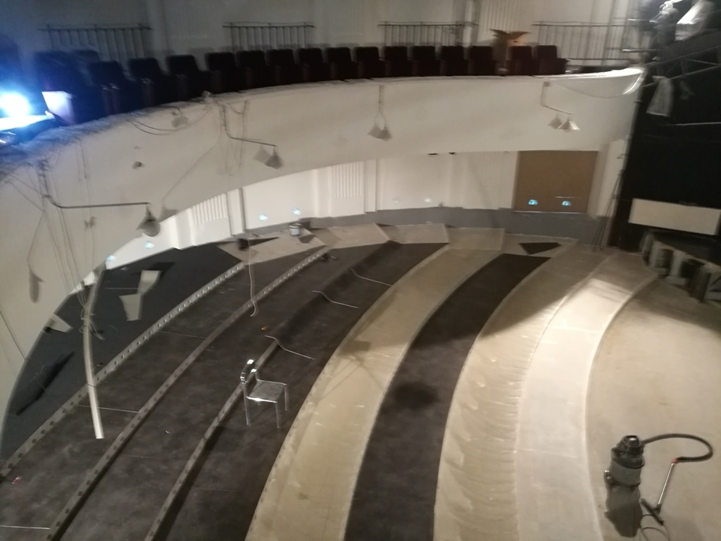 """Dostawa i montaż wykładzin w teatrze """"Groteska"""" przez firmę ACORDI"""